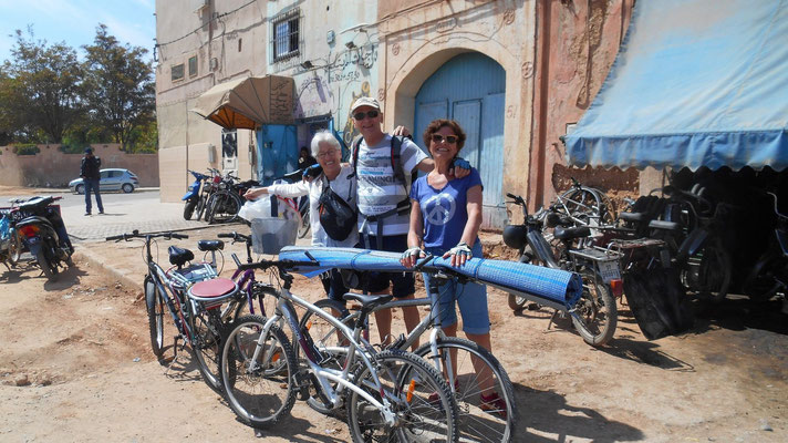 De retour vers le camping, en transportant le tapis sur le vélo... comme les marocains