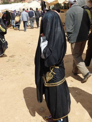 Costume traditionnel local. Les femmes ne veulent pas qu'on voie leur visage