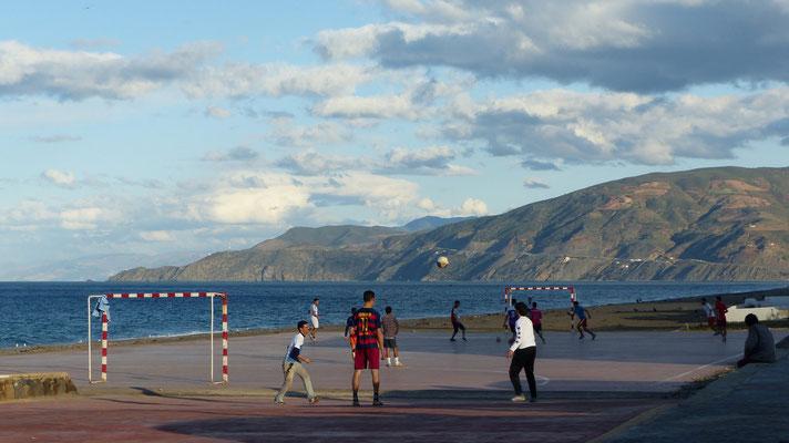 Le soir, à Oued Laou, les jeunes jouent au foot