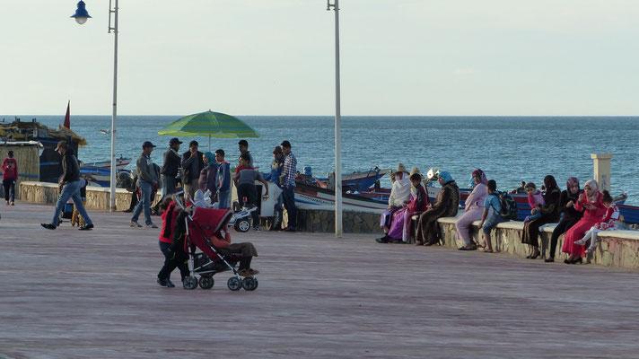Les familles se promènent sur l'esplanade