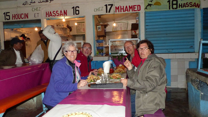 Agadir : les gargotes des pêcheurs le soir. Miam !