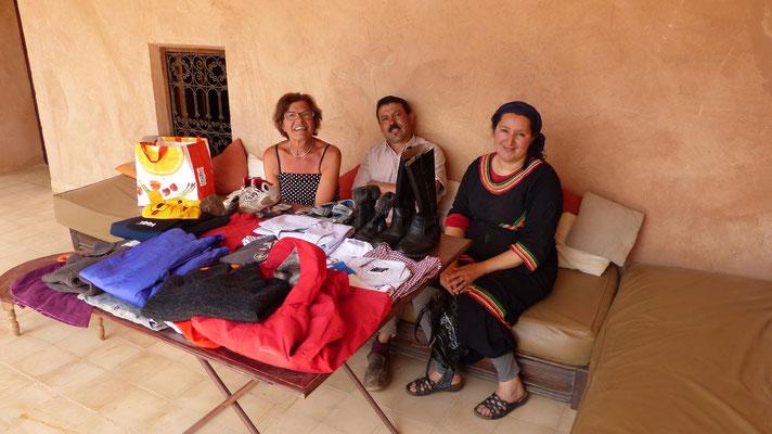 Nous offrons vêtements et chaussures au gîte Dar Itrane