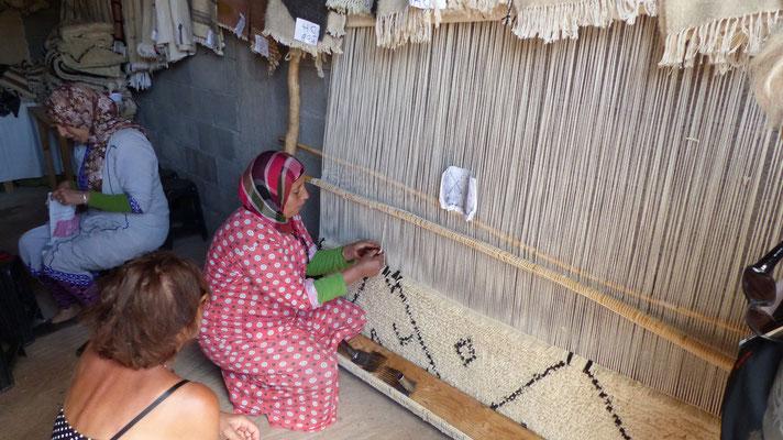 Des femmes de l'association tissant des tapis de laine