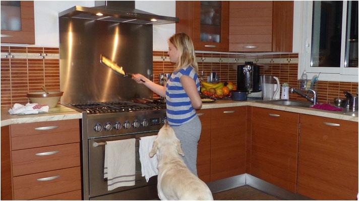 Laura s'essaie à faire sauter les crêpes