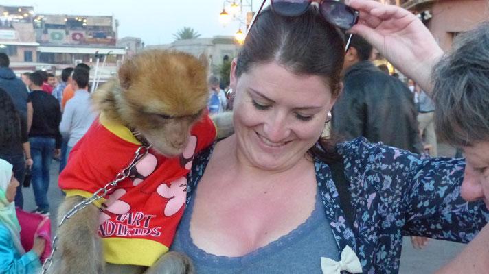 Ma petite-petite-cousine fait connaissance d'un singe-magot