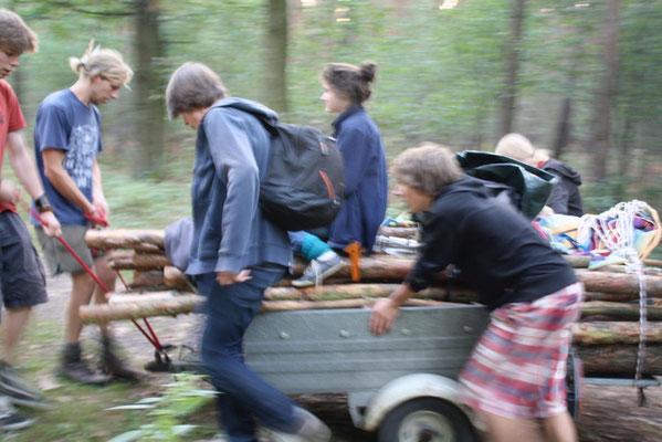 Transport des Holzes für den Feuerlauf