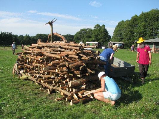 Aufschichten des Holzes für den Feuerlauf