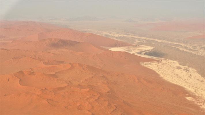Survol du Namib ; Vallée de la Tsauchab ; Namibie