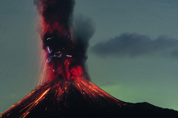 Krakatau bei Nacht [105 mm / f2.8 / ISO 1000 / 20 Sek.]