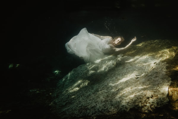 ROVA FineArt artistic Wedding Photography - Hochzeitsfotografie - destination wedding Mexico - ceynotes underwater wedding photography