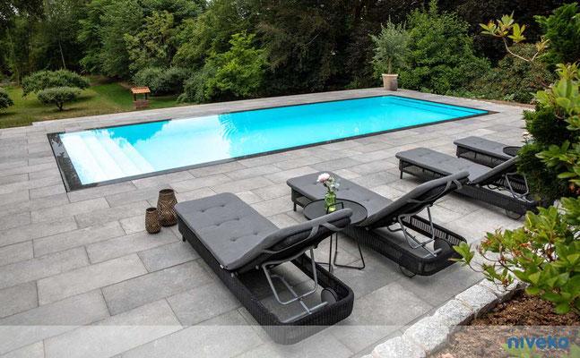 Schwimmbecken Advance 4 mit Gartenansicht © NIVEKO / Aquakonzept Schwimmbadtechnik