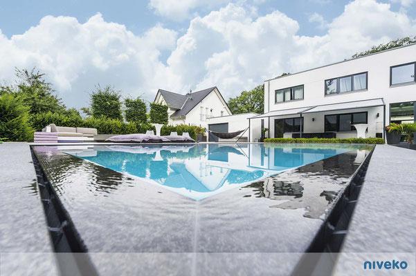 Schwimmbecken Advance 14 Detail mit Hausansicht © NIVEKO / Aquakonzept Schwimmbadtechnik