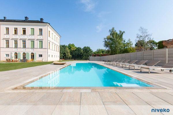 Schwimmbecken Advance 15 mit Hausansicht © NIVEKO / Aquakonzept Schwimmbadtechnik