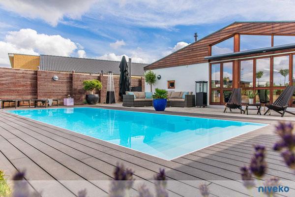 Schwimmbecken Evolution 9 mit Terrassen- und Hausansicht © NIVEKO / Aquakonzept Schwimmbadtechnik