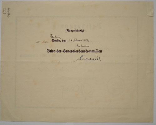 Rückseitiger Aushändigungsvermerk mit Orginalunterschrift des Landrats (da Zivilperson), die Aushändigung erfolgte ganz im Zeichen der Bürokratie erst 2 Monate später.