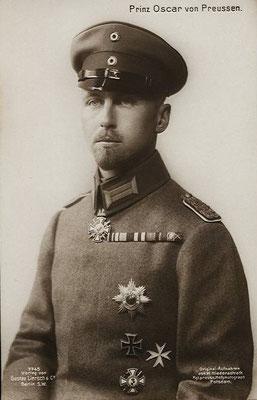 Prinz Oscar von Preussen mit zahlreichen Dekorationen