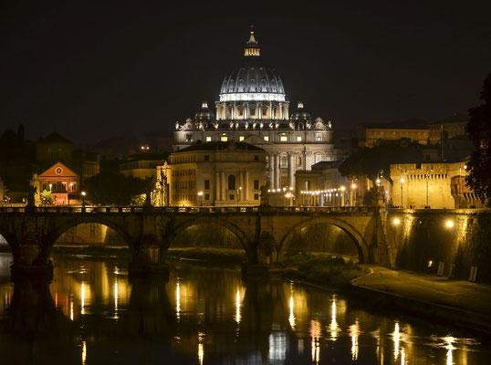 nächtlicher Tiber mit Petersdom