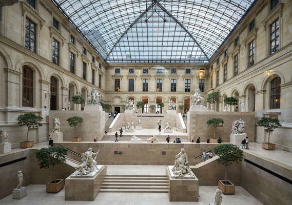 Louvre - durch die Glasscheibe