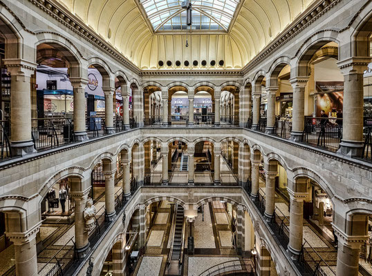 Magna Plaza - Shopping Mall in der ehemaligen Hauptpost