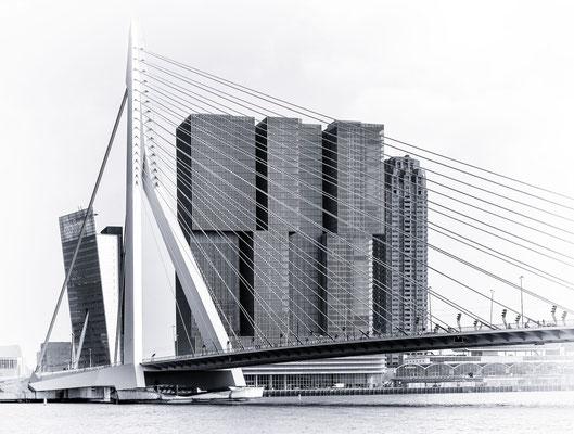 """Ersamusbrücke mit """"de Rotterdam"""""""