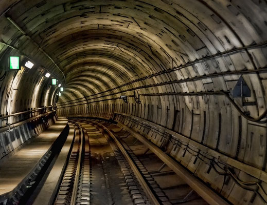 Metro - an der Haltestelle