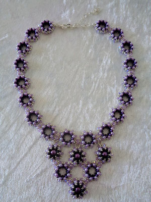 "Collier ""Maya"" in lila 65 Euro"