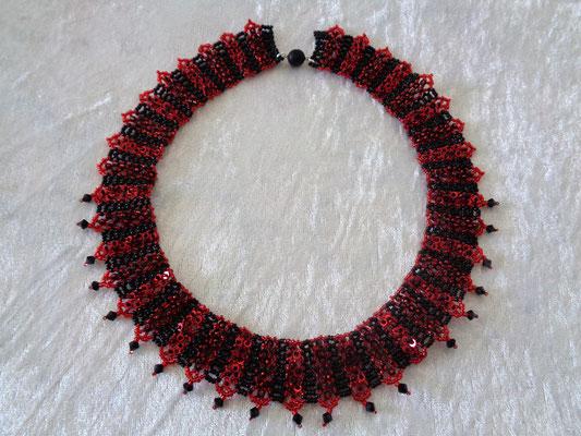 """Dragonsong"" Collier rot-schwarz 100 Euro"