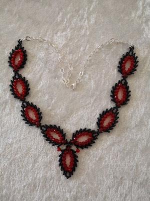 Glasschliff-Federn schwarz-rot 35€