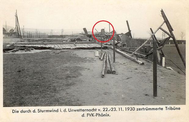 23.11.1930, die durch einen Orkan zerstörte Südtribüne mit dem Ehrenmal im Hintergrund (Foto: Archiv Eric Lindon)