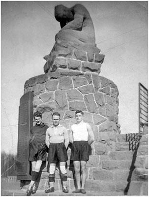 1930, Privates Erinnerungsfoto mit den Spielern Emil Kasper, Eugen Kramer sen., Ludwig Mathes (Foto: Archiv Prof. Dr. Markwart Herzog)