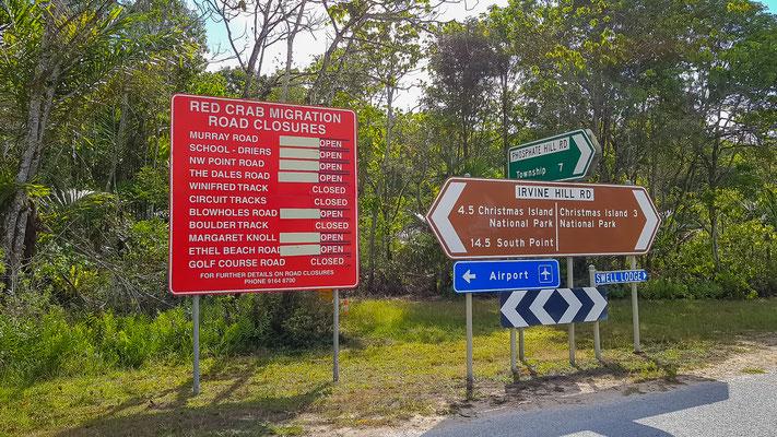 Rotes Schild zeigt die gesperrten Strassen, bei den Krabben Wanderungen