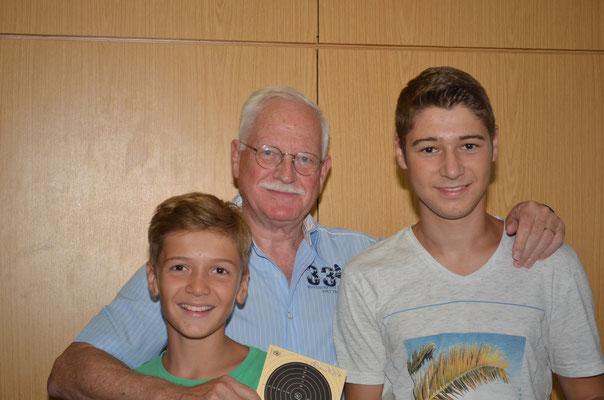 Opa mit Enkeln  im Teamwettbewerb