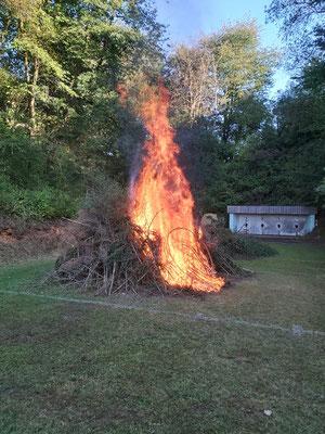Die Flammen schlagen hoch