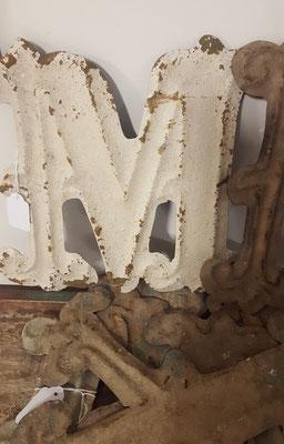 Große Buchstaben aus Metall zum aufhängen