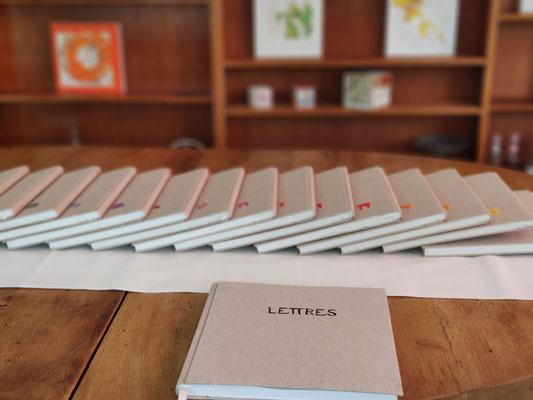 """Livres """"Lettres d'âmitié"""", reliés mains et brodés, se lovant dans les tableaux"""