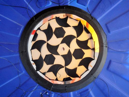 Vrijheid, close-up lichtobject staand 85x65x2040cm Maria en Goossen