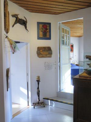 Links de kleine bibliotheek en rechts de toegang tot de Museumkamer