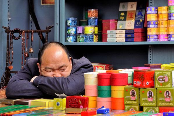 Chinesischer Marktverkäufer schläft