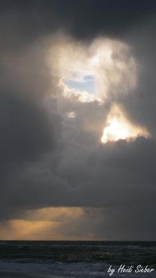 Himmelsherz - Inmitten der Hagelwolken öffnet sich plötzlich dieses Herz und Dreieck