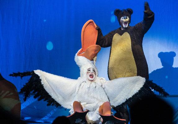Kristin Norvilas als Pelikan Tiefer Schnabel und Tobias Ziebold als Bär Grizzly