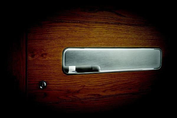 Aussenklappgriff mit LED und Fingerscan auf Holztüre