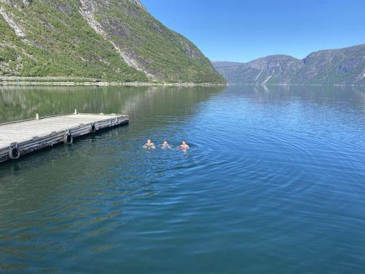 Ein erfrischendes Bad im Fjord gehörte für die Praktikanten natürlich auch dazu