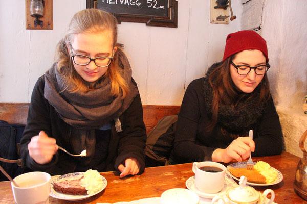 "Magdalena Kollbeck mit Barbara Nick im Cafe ""Tant Brun"" in Sigtuna"