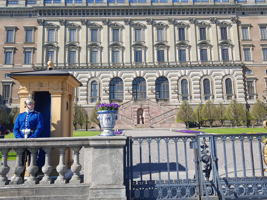 Wache vor dem Schloss in Stockholm
