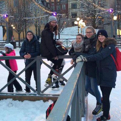 Praktikantinnen aus Stockholm, Uppsala und Vadstena beim Eislaufen am Kungsträgården
