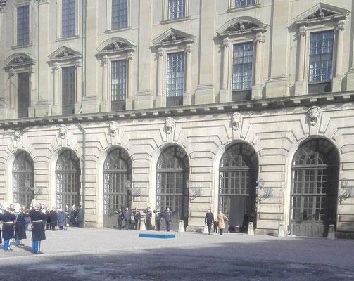 Kronprinzessin Victoria, Prinz Daniel und Prinzessin Estelle betreten den Schlosshof