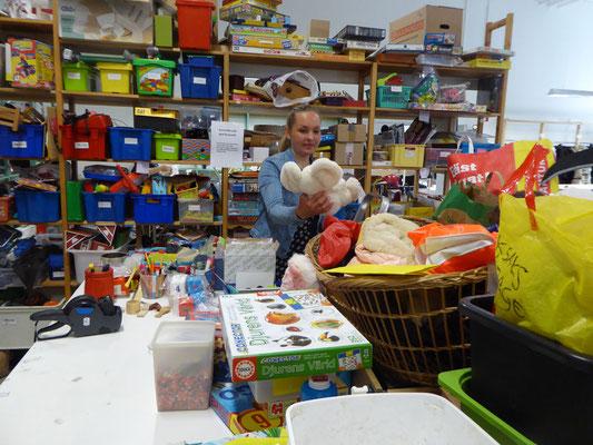 Stofftiere, Puzzles, Modellautos - in der Spielzeugabteilung von Erikshjälpen.