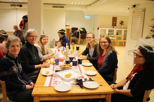 Lucia-Feier bei der Caritas: Leiterin Marie Eidem (rechts), Anna Nick, Magdalena Kollbeck, Pia Wittek und Schwester Christina