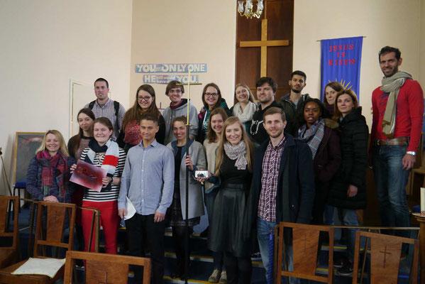 Hannah Olbrich (mit roter Hose) mit den anderen Teilnehmern in der Gastgemeinde