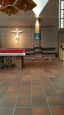 Der katholische Dom in Stockholm mit dem Wappen des neuen Kardinals Anders Arborelius